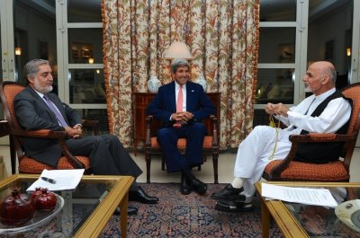 Kerry with Dr. Abdullah and Ghani (file photo)
